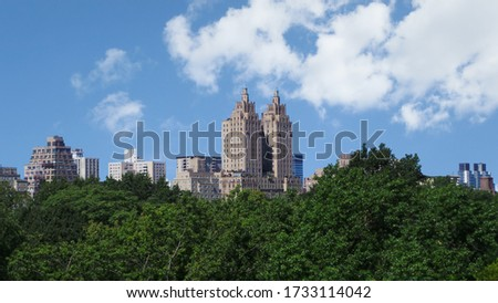 The El Dorado surrounded by buildings and greenery under the sunlight at daytime in New York Stock fotó ©
