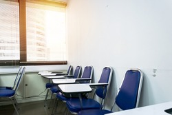 The empty classroom, the rest of the class, to get started, there is a glass of white paper on the table, Blue chair.