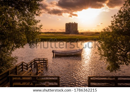 The evening sun behind Threave Castle at the boat jetty on the River Dee, Galloway, Scotland Сток-фото ©