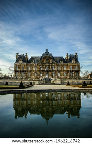 The facade of Maisons laffitte castle and its reflection on the garden side Photo stock ©