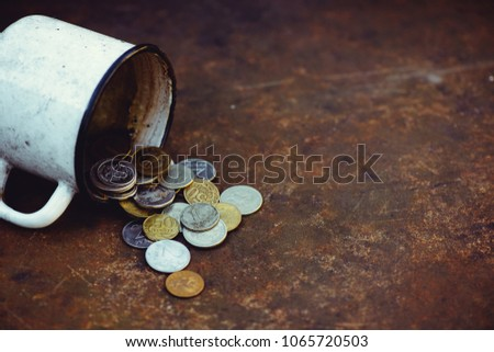 the fall of the Russian ruble, poverty and poverty scattered coins in the old mug on a rusty background, sanctions. Foto d'archivio ©