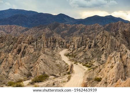 The famous Ruta 40 road snakes through the geological wonders of the Quebrada de Las Flechas, Valles Calchaquíes, Salta, Northwest Argentina.  Foto stock ©
