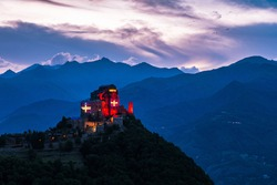 The flag of Piedmont will illuminate the Sacra di San Michele for a whole week, , the symbol of Piedmont. An initiative that was born as part of the celebrations organized for the 50th annuiversary