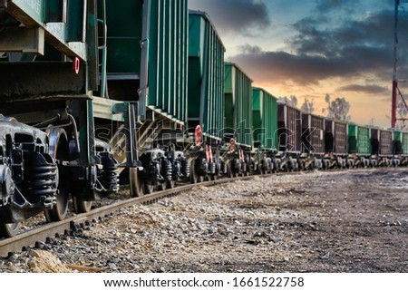 The freight train passes by the station. Wagons with goods delivery. Foto stock ©