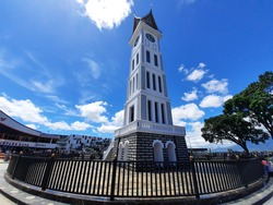 the gadang clock is the icon of the city of Bukittinggi, where on all four sides there is a large clock. there are only 2 of these buildings in the world. bigben in english