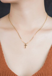 The girl wearing the necklace crosses the neck
