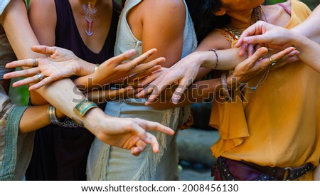 The girls' hands touch each other. A touch in Ecstatic dance Foto stock ©
