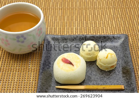 The good refreshment I\'d like to eat time of the tea/I take a break for a Japanese confection.