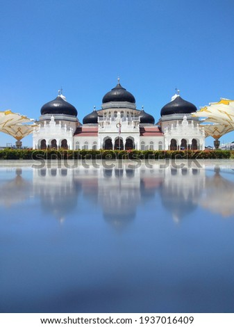 the Great Mosque of Banda Aceh, and also one of the Aceh Tsunami Monuments. the reflection comes from the murble floor that stay cool event under the bright sun light.  Foto stock ©