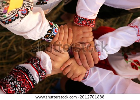 The hands of children in embroidered shirts are intertwined in a welcoming gesture. The united hands symbolize unity. Independence Day of Ukraine, Constitution, Embroidery Foto stock ©