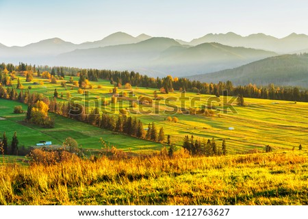 The High Tatras Mountains (Vysoke Tatry, Tatry Wysokie, Magas-Tatra), are a mountain range along the border of Slovakia in the Presov Region, and southern Poland in the Lesser Poland Voivodeship. Stockfoto ©