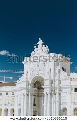 The historic Rua Augusta Arch in the commerce square Praca do Comercio in Lisbon, Portugal Foto stock ©
