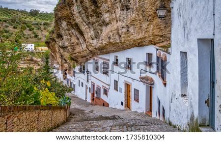 The homes built under a protruding rock face in Setenil de las bodegas Spain Foto stock ©