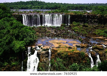 The Iguassu (or Iguazu) Falls is one of the largest masses of fresh water on the planet and divides, in South America, Brazil, Paraguay and Argentina.