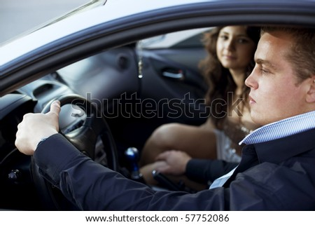 The image of a man put his hand on a woman's knee in a car, harassment in the car