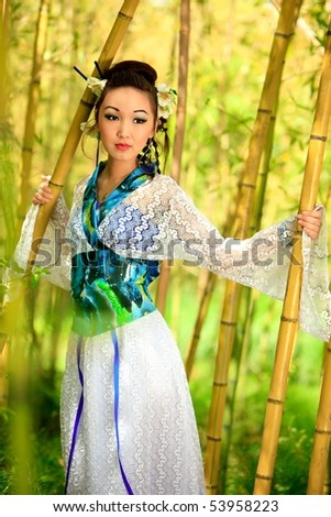 The Japanese in a kimono costs in bamboo wood