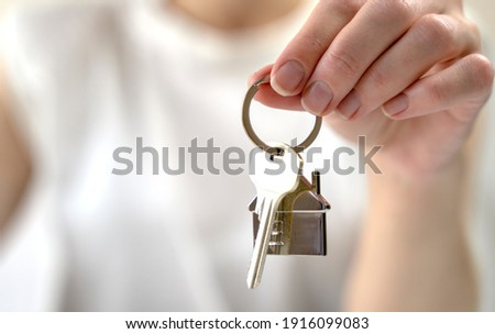 the key to your own home in the palm of the girl and a wooden ho Foto stock ©