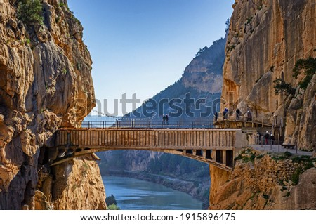 The King's Little Path. The famous  walkway along the steep walls of a narrow gorge in El Chorro. Foto stock ©