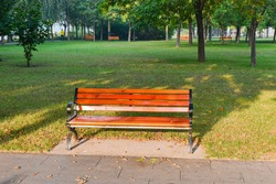 The lawns, woods and seats in city parks are pure natural scenery