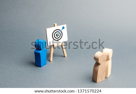 The leader explains employee tactics of advertising targeting. Training, briefing. Search strategies for effective advertising campaigns, customer reach. Business processes, hiring employees. Stockfoto ©