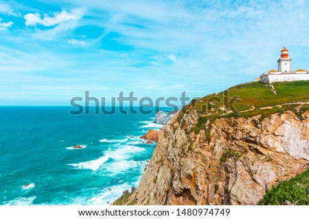 The lighthouse on the cliff in Cabo da Roca (Cape Roca) the westernmost  extent of mainland Portugal, continental Europe and the Eurasian land mass. Bright vivid panoramic landscape. Foto stock ©