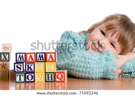 The little girl plays cubes