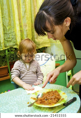 The little girl the cook helps mum to bake a pie from apples