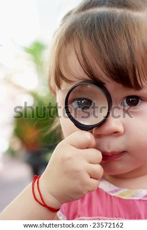The little girl with a magnifier