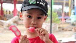 The littleboy eating ice cream