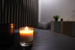 The luxury lighting aromatic scent clear color glass candle is displayed in the minimal design bedroom