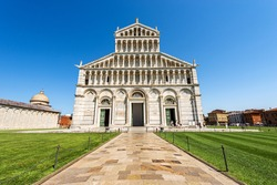 The Main facade of the Pisa Cathedral, (Duomo di Santa Maria Assunta, 1063-1092), in Pisan Romanesque style, Square of Miracles (Piazza dei Miracoli), Tuscany, Italy, Europe.