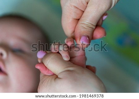 The masseur massages the child. The hands of the masseur are massaging a small child. baby massage Stockfoto ©