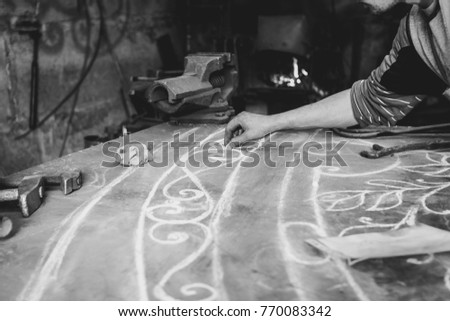 The master draws on the table #770083342