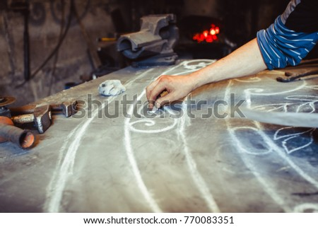 The master draws on the table #770083351