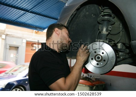 The Mechanic change the Disc Brake & brake pads #1502628539