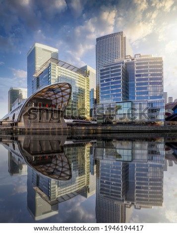 The modern skyscrapers of the financial district Canary Wharf in London, UK, on a sunny day with reflections in the water Stockfoto ©