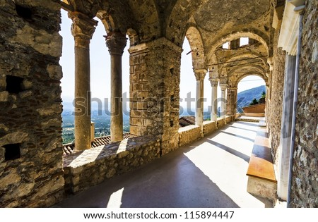 The monastery of Panayia Pantanassa at the historical site of Mystras,a Byzantine castle in Greece.The monastery is the sole inhabited temple on the site since the Byzantium era.Only women live there. Stockfoto ©