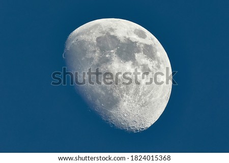 The Moon detailed shot in blue daylight sky, taken at 1600mm focal length, waxing gibbous phase, blue hour Foto d'archivio ©