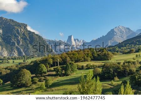 The Naranjo de Bulnes, known as Picu Urriellu, is a limestone peak dating from the paleozoic era, located in the Macizo Central region of the Picos de Europa, Asturias, Spain. Stockfoto ©