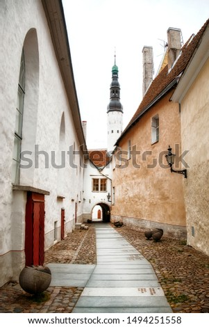 The Narrow Alley of Borsi Kaik in the Beautiful Old City of Tallinn, Estonia withe Tower of the Holy Spirit Church Stock fotó ©