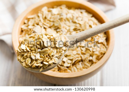 the oat flakes on a wooden spoon