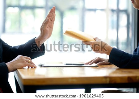 The officer refused to accept the money bribe envelope from the businessman the concept anti bribe or corruption Foto stock ©