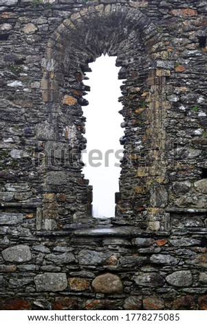 The old arch window of the Glendalough Cathedral's ruins in Glendalough, Irland Foto stock ©