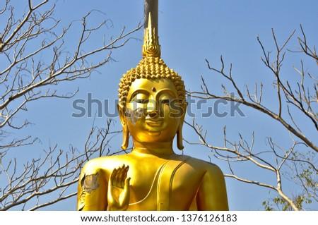 The old Buddha has cracks.