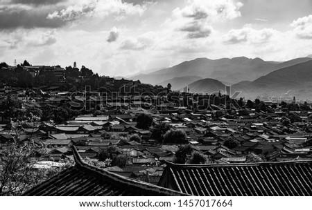 The Old Town In Lijiang, China 坐落于云南丽江的古镇被注入了新的活力,逐渐商业化,并且吸引各地的游客来观赏。 商業照片 ©