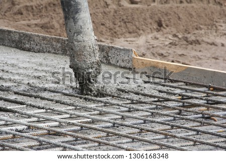 Worker fill concrete in column Images and Stock Photos
