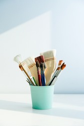 The paintbrush is placed in the barrel. The pen holder and brush are placed in the room with light and shadow