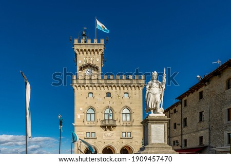 The Palazzo Pubblico and the statue of liberty in the historic center of San Marino on a sunny day Foto stock ©