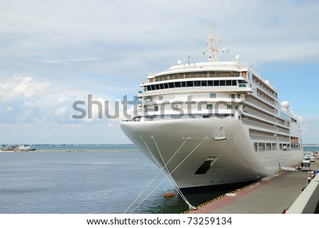 The passenger ship expects passengers in port