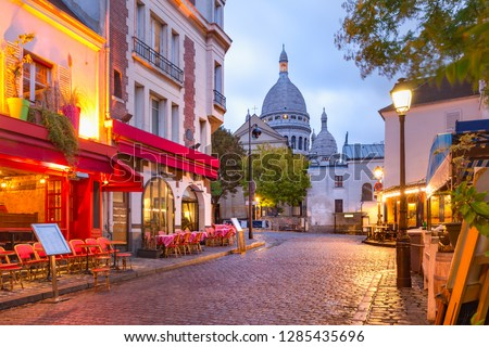 The Place du Tertre with tables of cafe and the Sacre-Coeur in the morning, quarter Montmartre in Paris, France Photo stock ©